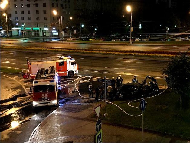 Водитель поливальной машины и полицейский потушили горящую иномарку на Кутузовском проспекте