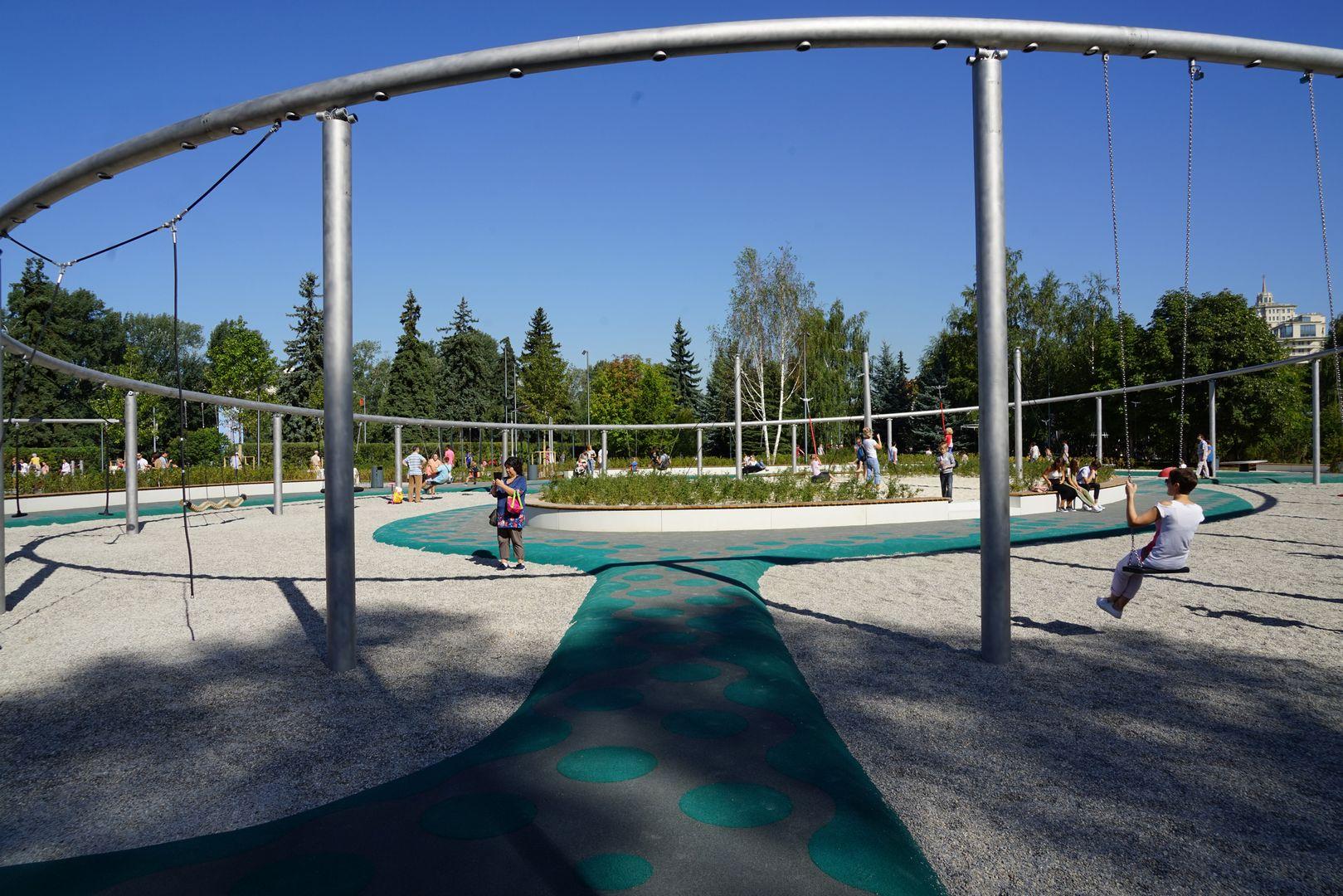 Новая детская площадка «Салют» в парке Горького. Качели