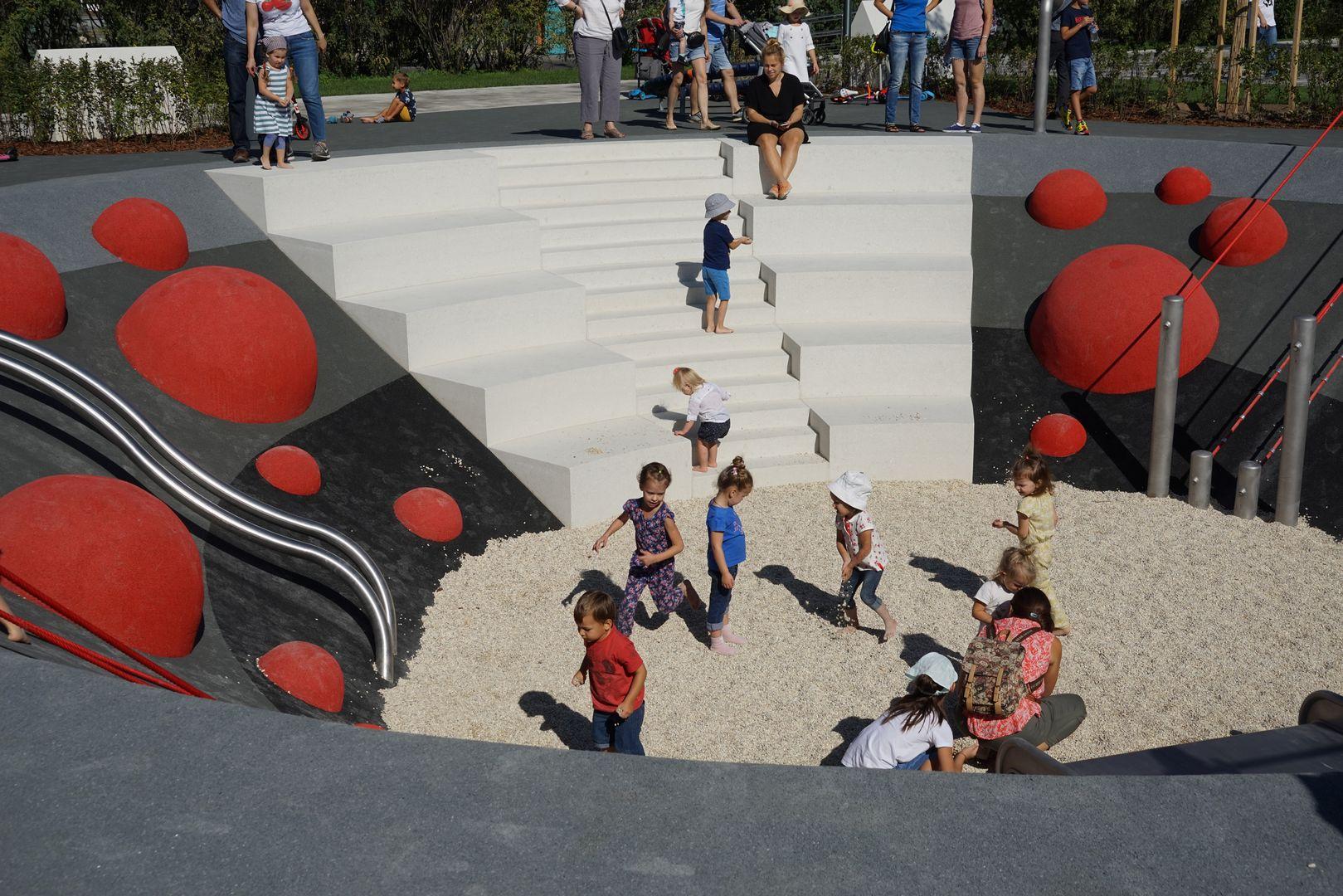 Новая детская площадка «Салют» в парке Горького. Овраг