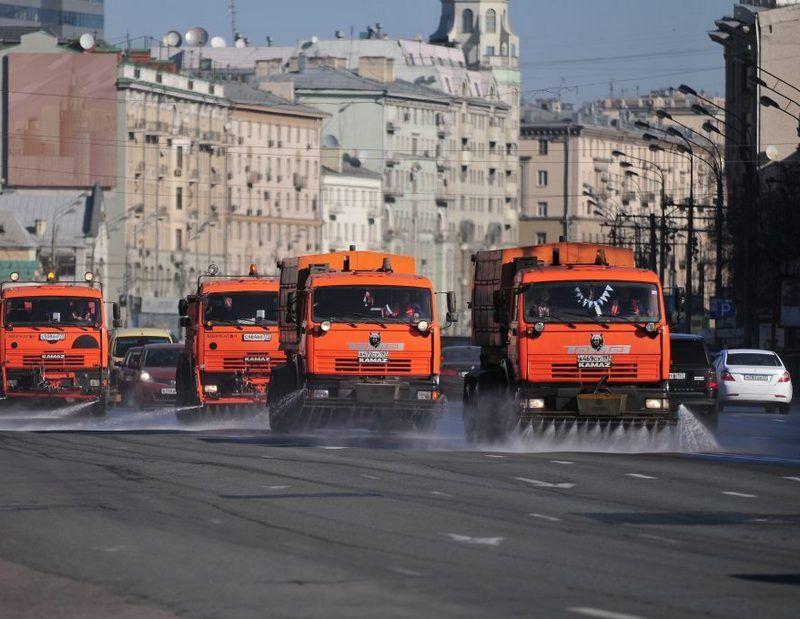 Зачем поливать дороги в жару: живительная влага для Москвы