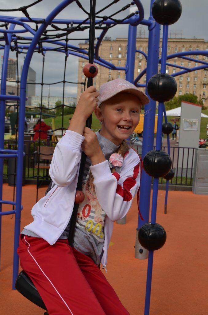 Качели для детей в парке Победы