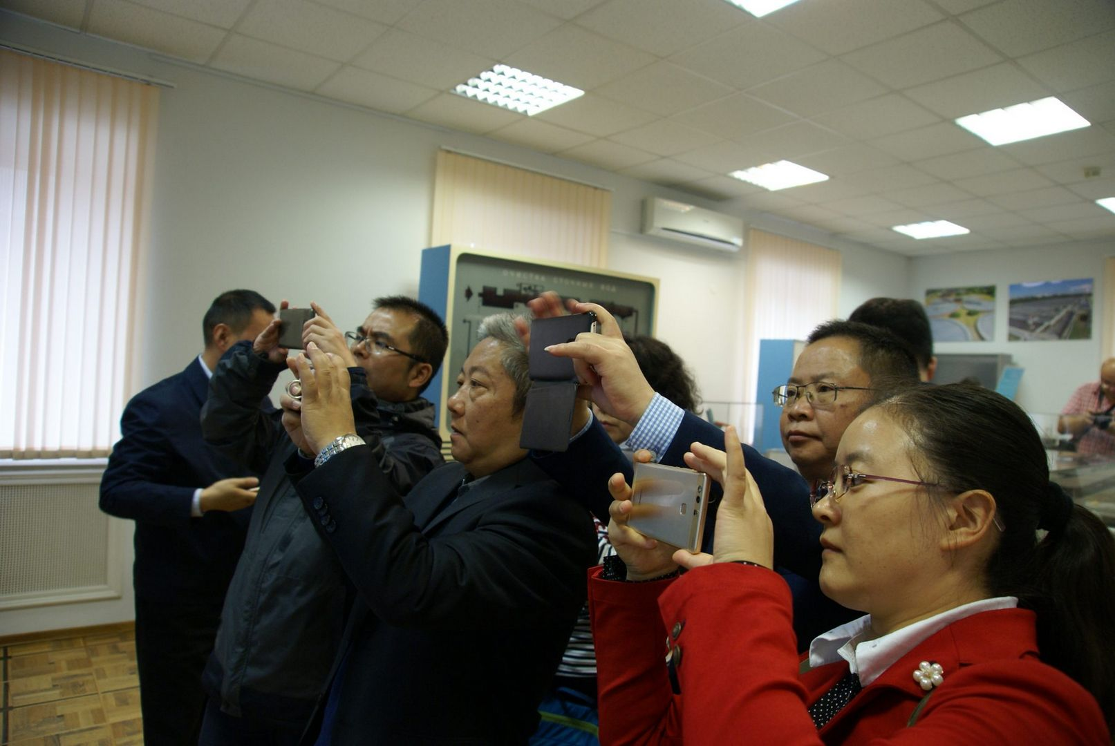 китайцы в музее воды