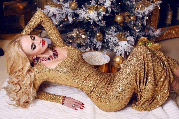 дама в роскошном золотом наряде
