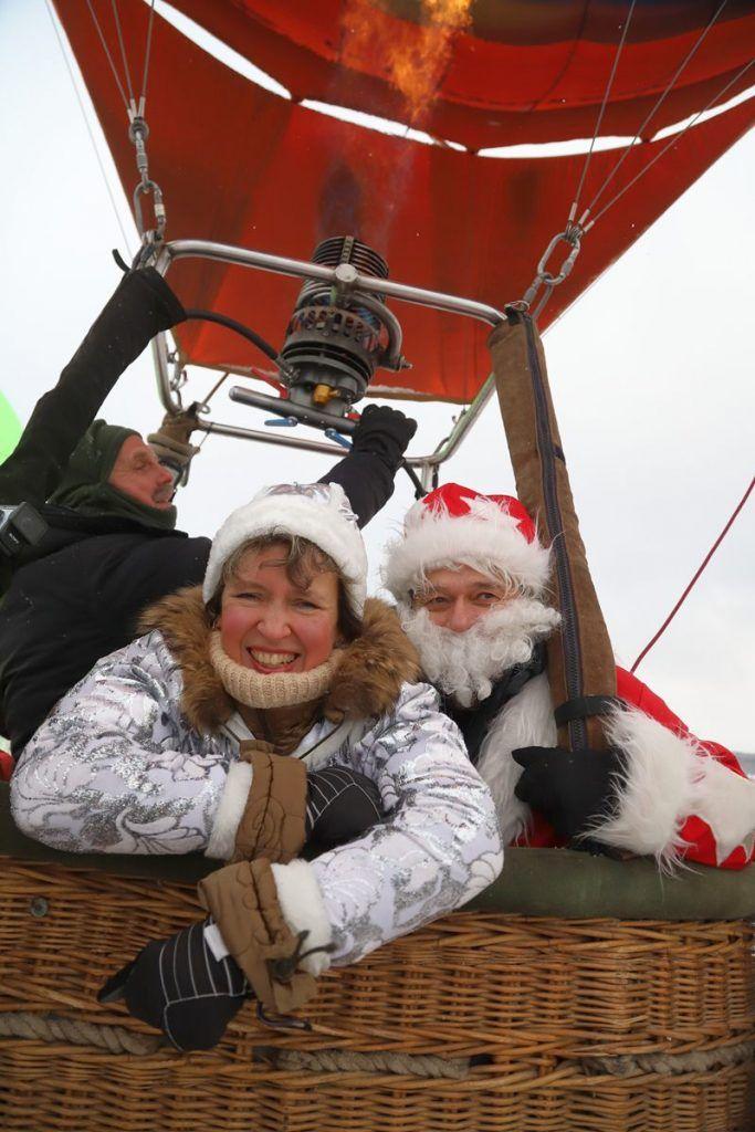 Дед Мороз и Снегурочка на воздушном шаре.