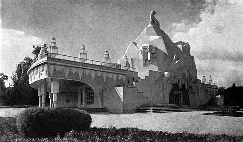 Павильон «Главхладпром» с пингвином на крыше