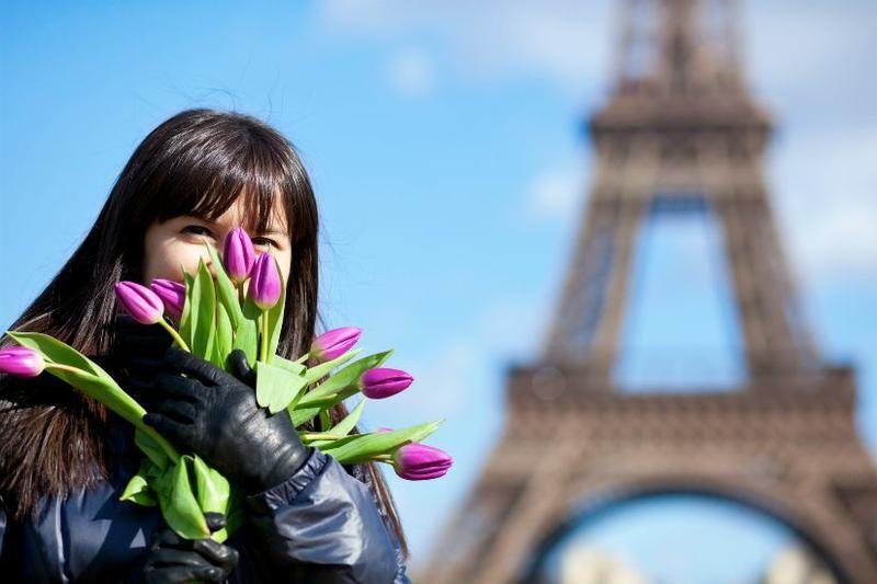 Девушка с тюльпанами на фоне Эйфелевой башни