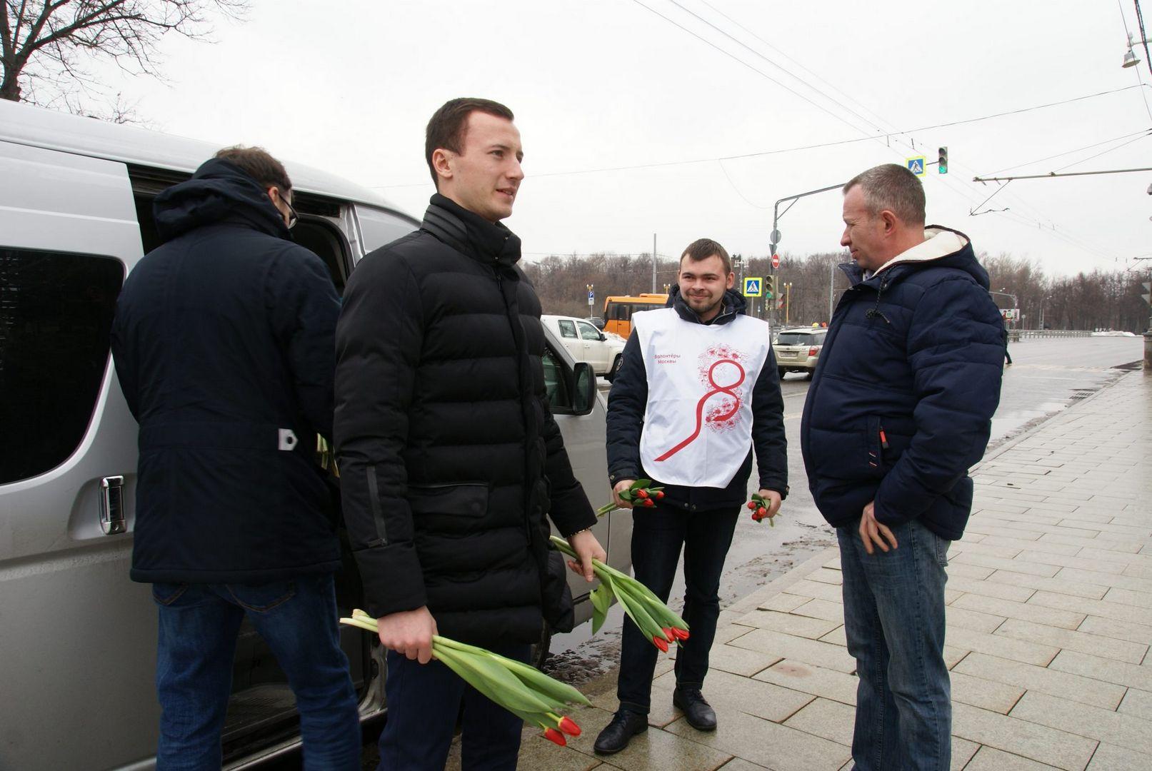 Красные тюльпаны 8 Марта мужчины дарят цветы