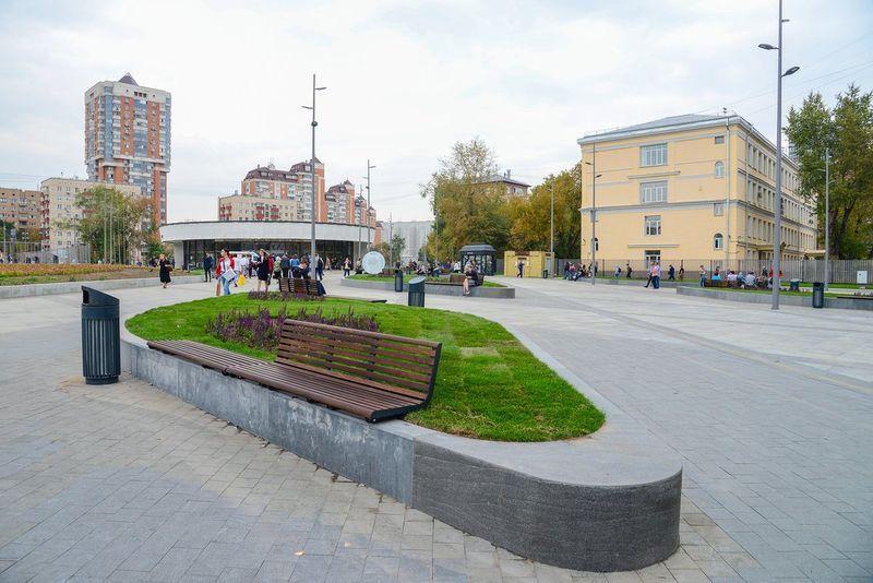 территории у станции метро