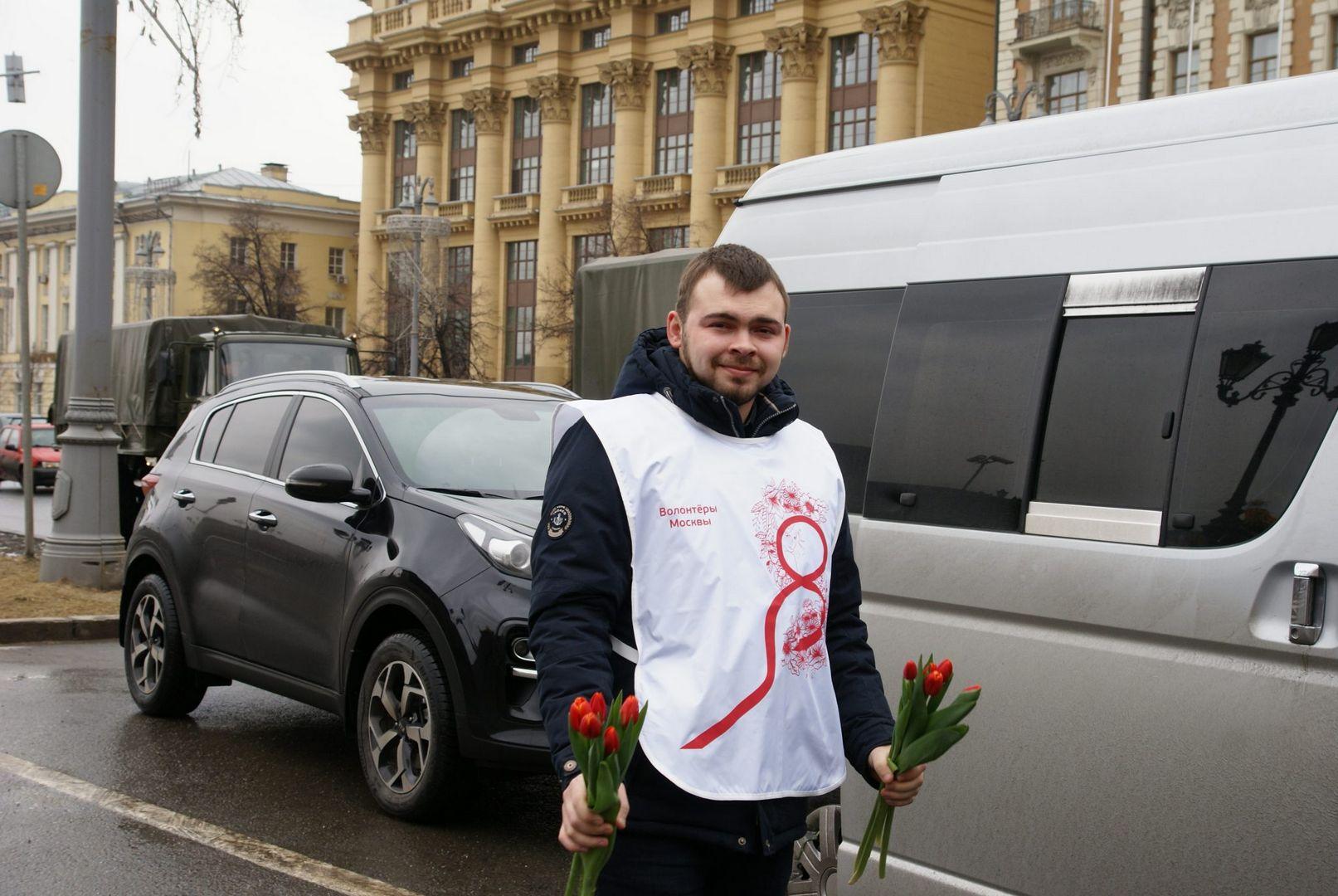 Красные тюльпаны мужчины 8 марта