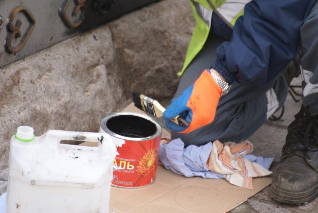 уборка Москвы покраска фонтана краска кисточка