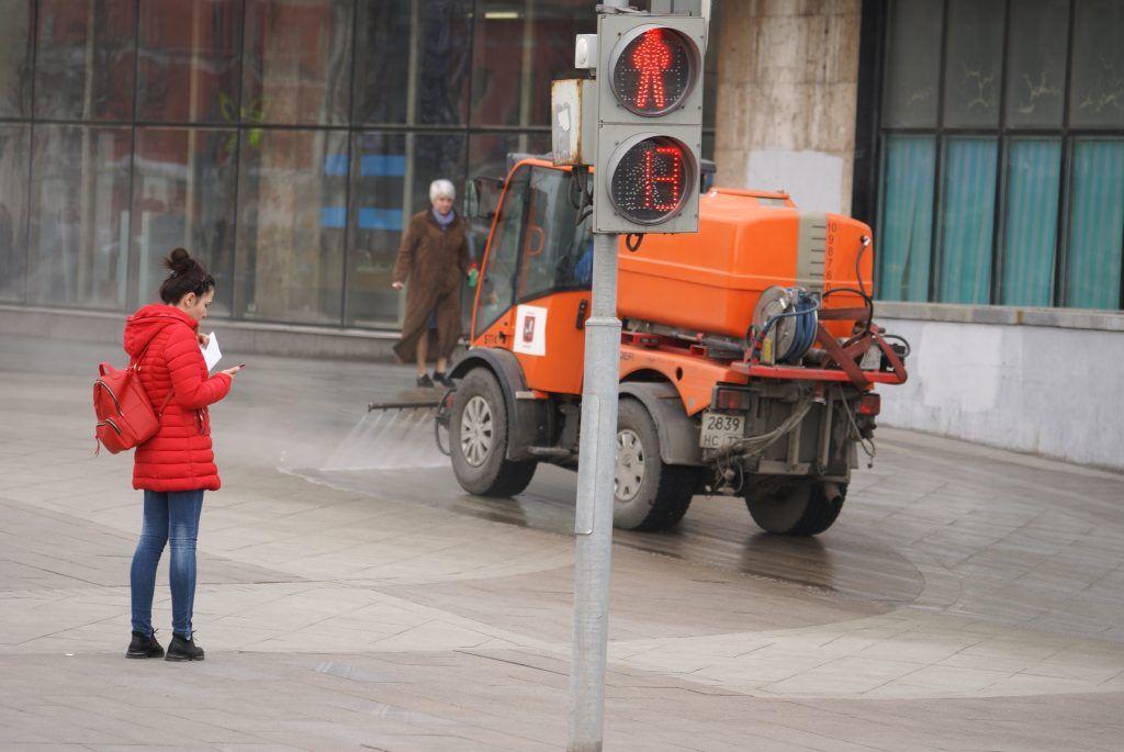 уборка Москвы моют тротуар