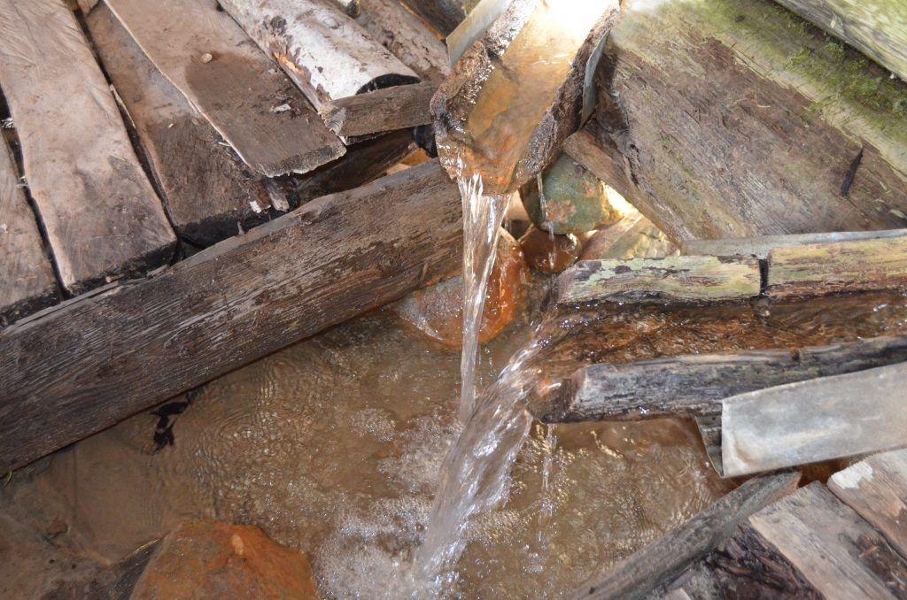 источник с водой