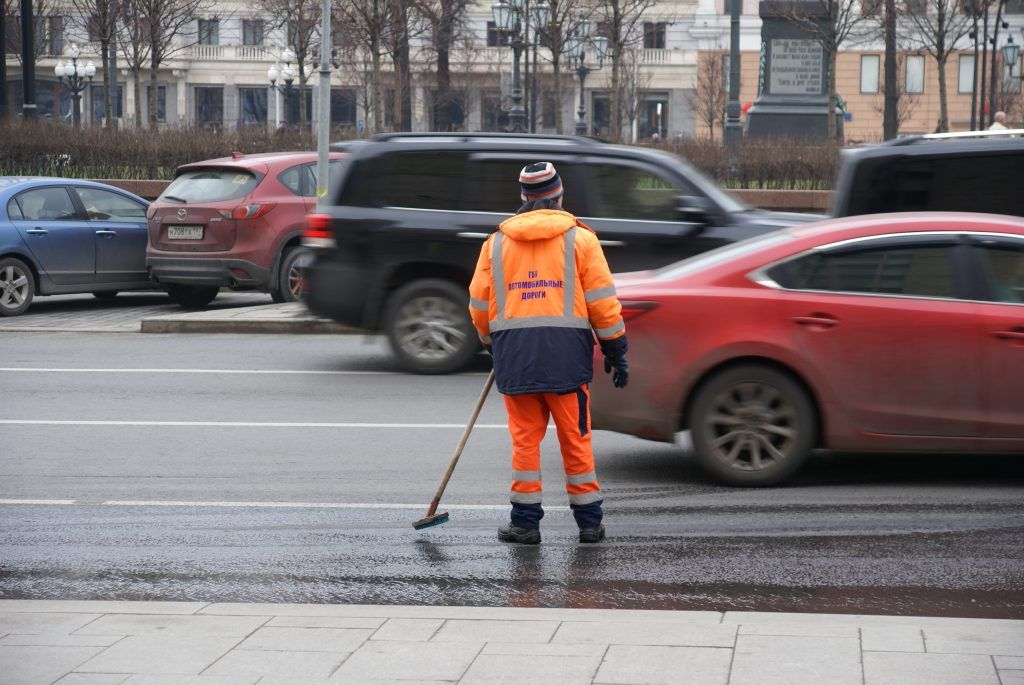 работники коммунальных служботмываются также московские дороги и тротуары