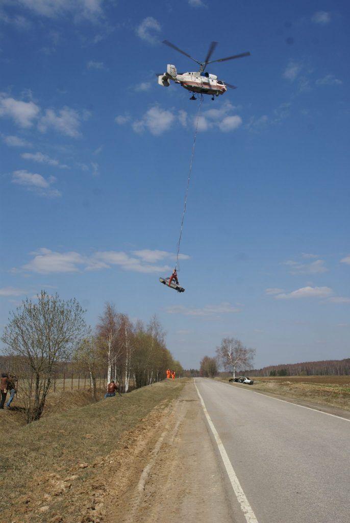 вертолет МАЦ несет машину