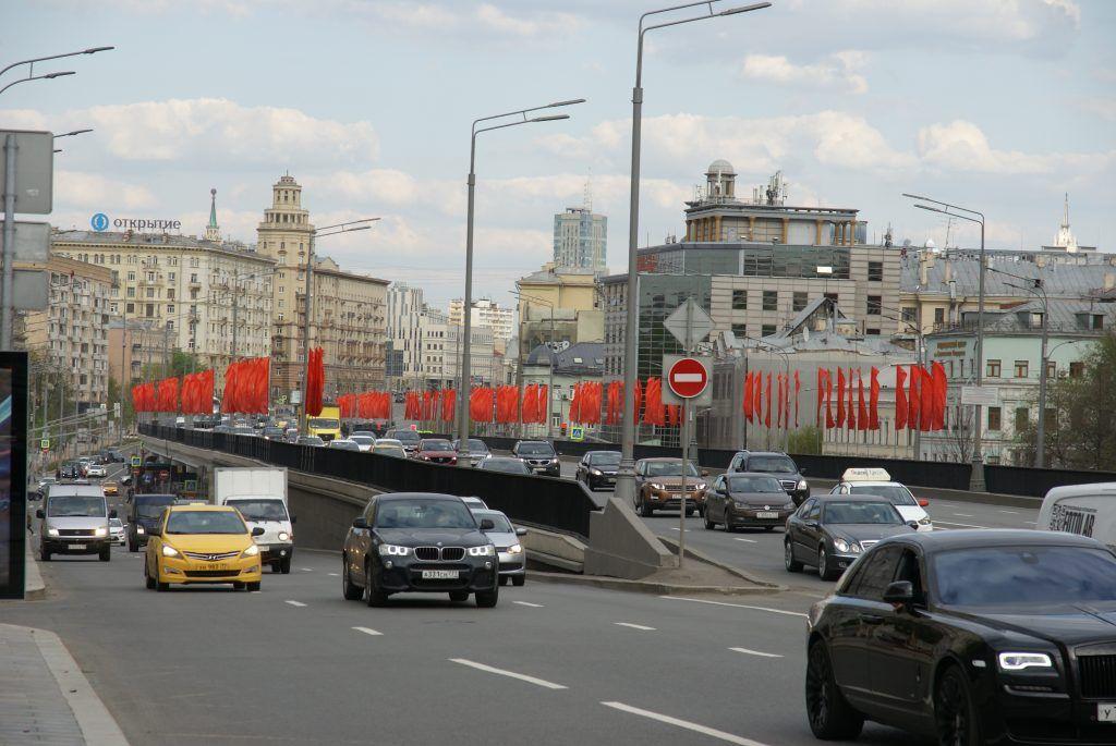 украшение Москвы к 9 мая, дорога, машины, флаги, День Победы