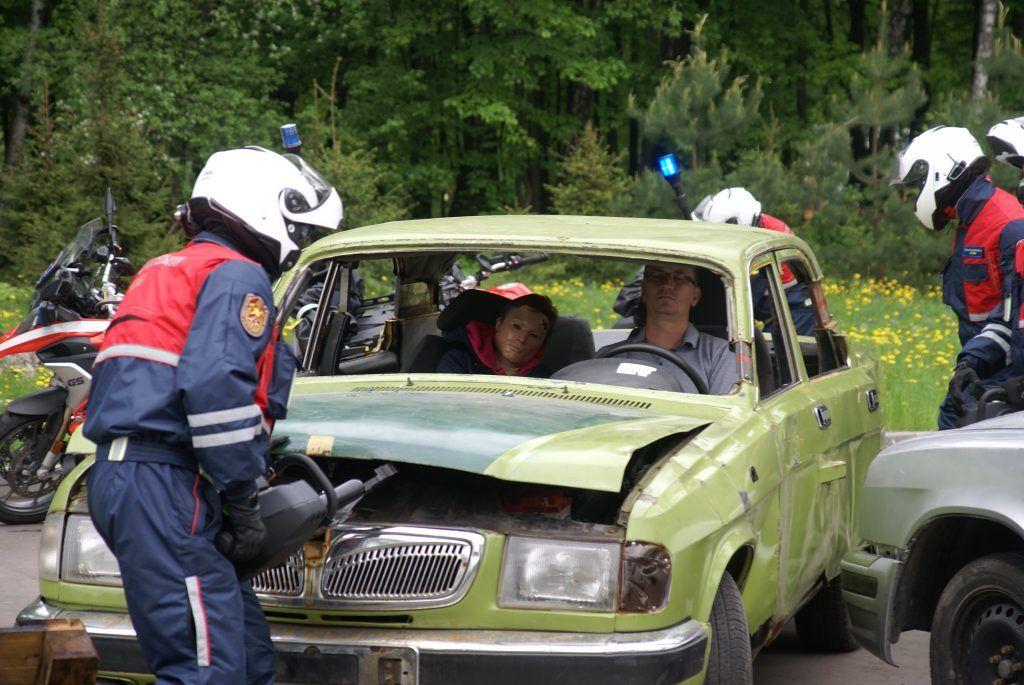 мотоспасатели спасение пострадавшего машина авария дтп