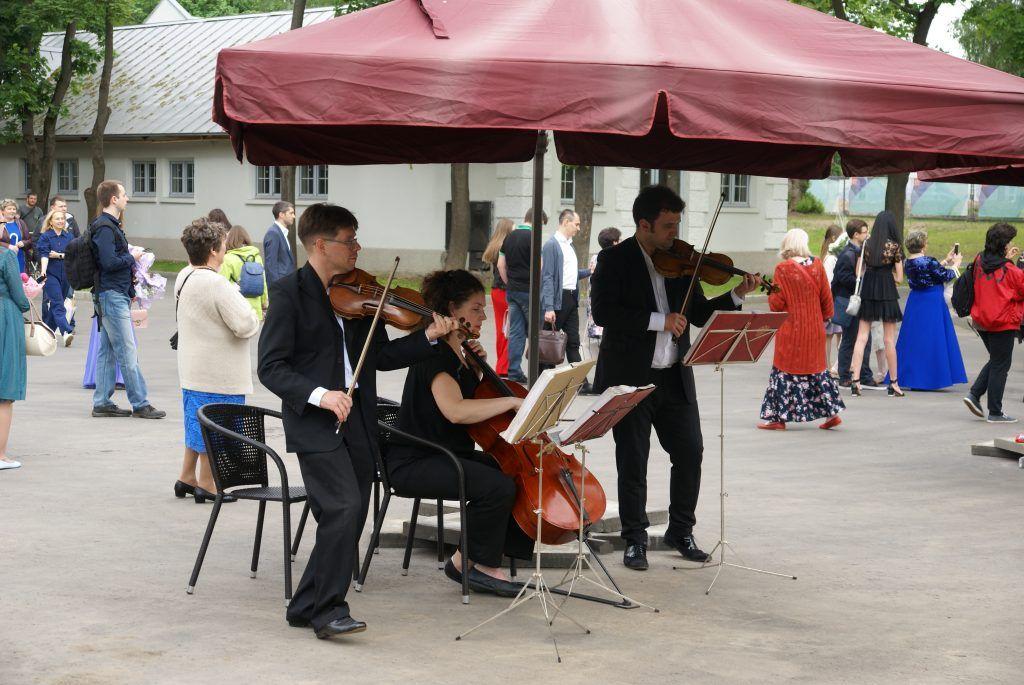 сад молодоженов ВДНХ высадка деревьев оркестр