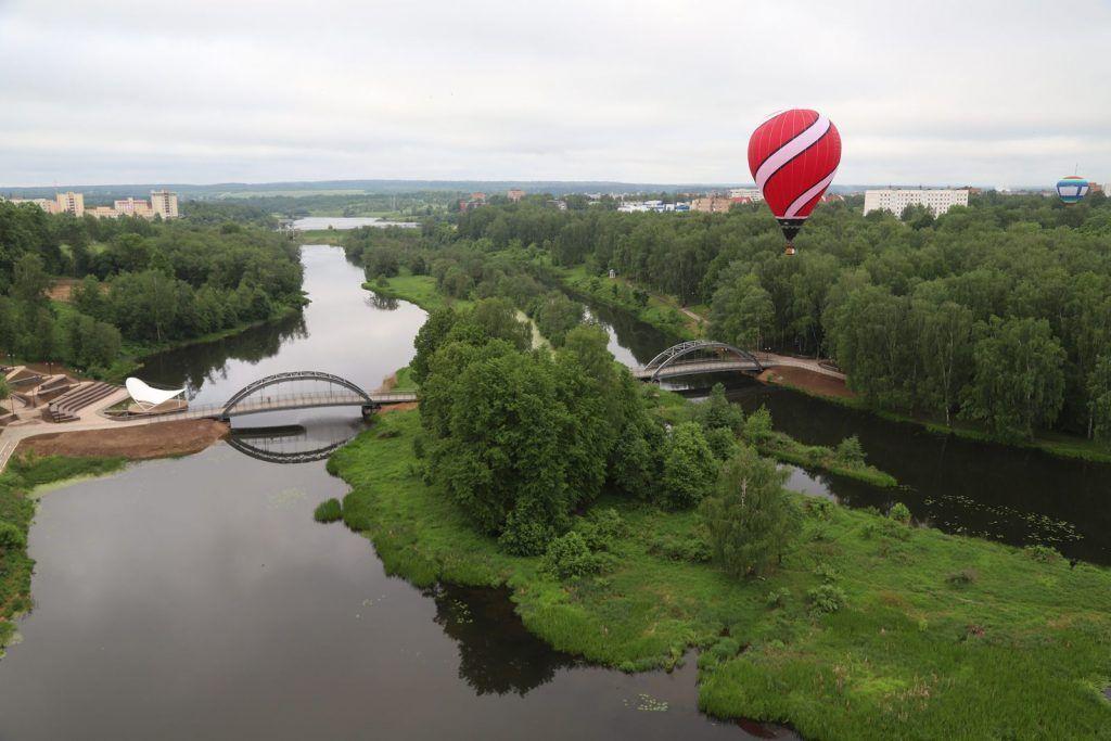 воздушый шар река деревья