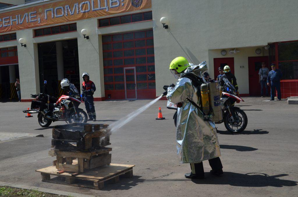 спасатели пожарные мотоциклы тушение возгорания