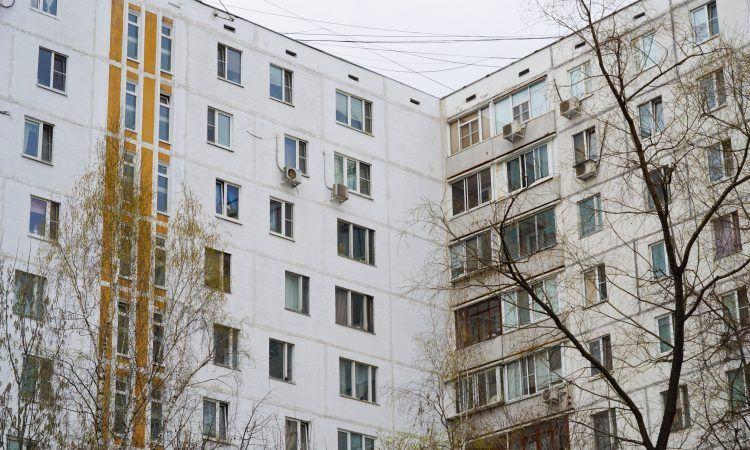 Фасад дома покрашен в белый цвет, межпанельные швы заделаны
