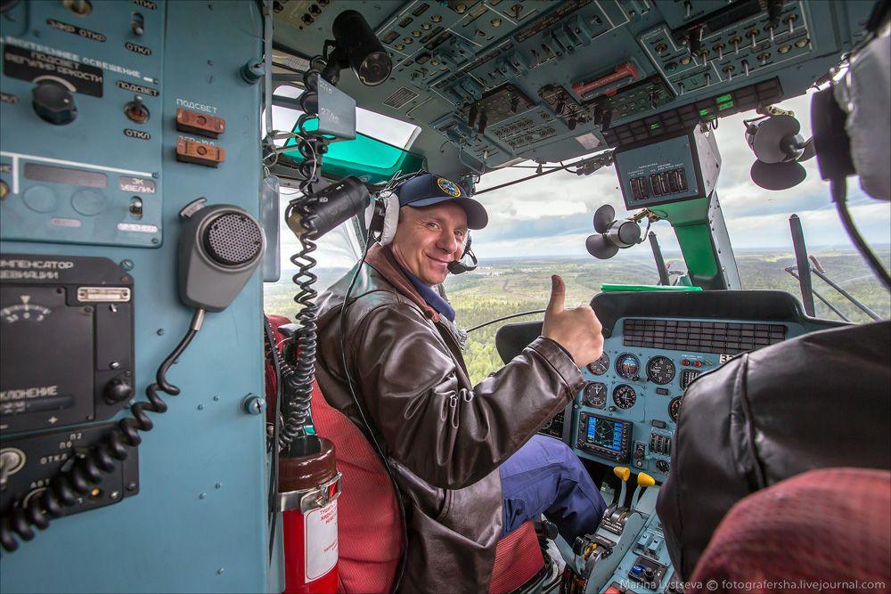 Сергей Козуля в кабине вертолета