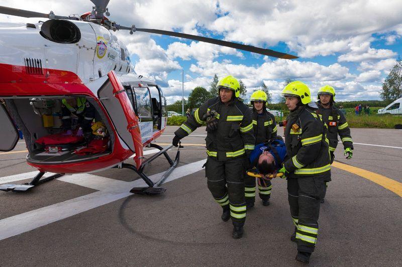 Эвакуация пострадавшего, спасатели, вертолет