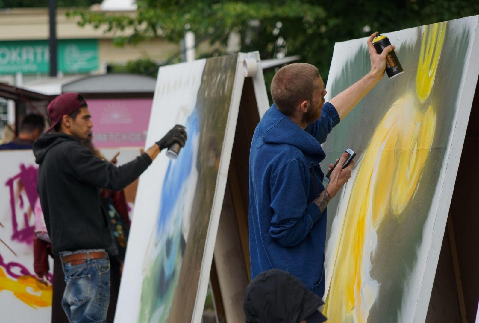 разноцветная Москва, рисует баллончиком , художник