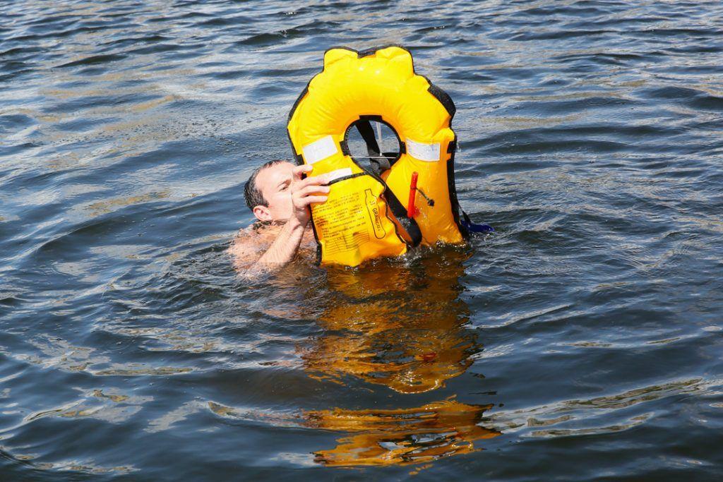 спасатели пруд
