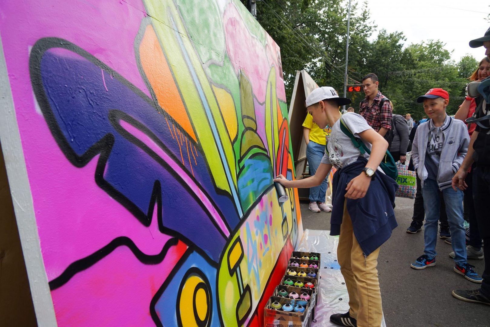 разноцветная Москва, рисует баллончиком