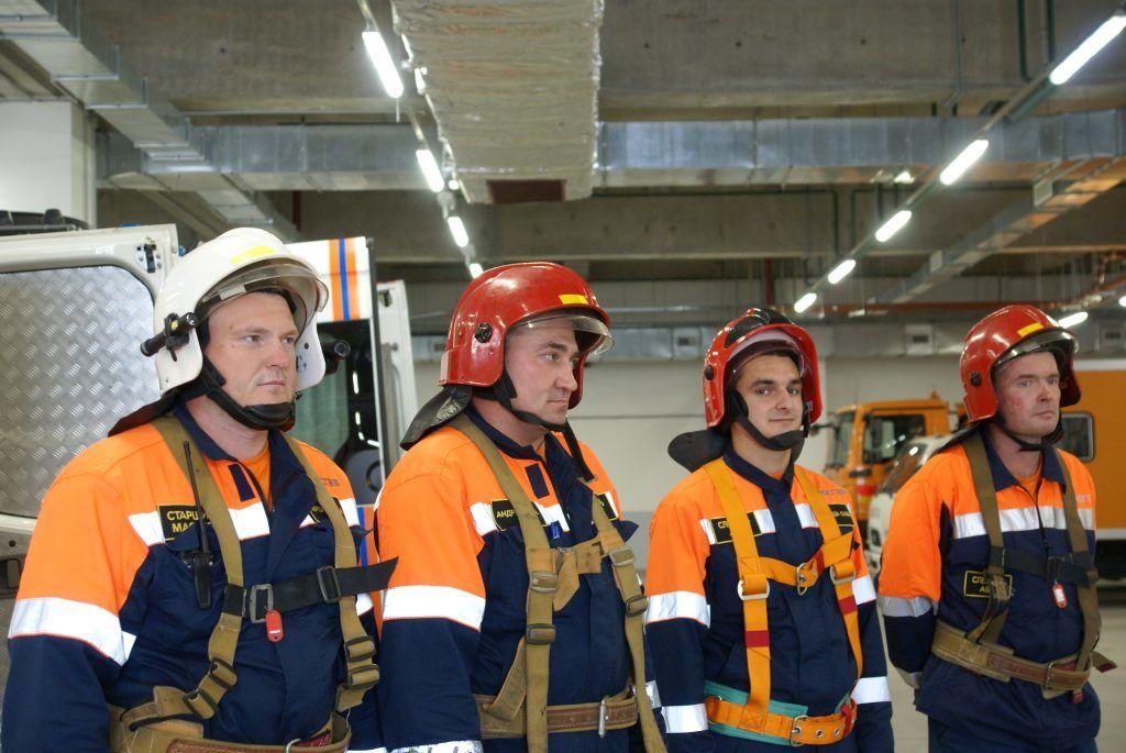 Артем Первушкин, старший мастер службы аварийно-спасательного формирования; Анрей Андреев,бригадир; Назар Рафизада и Олег Яковенко, слесари.