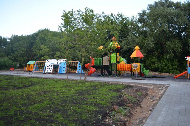 сквер на Большой Академической, детская площадка, газон