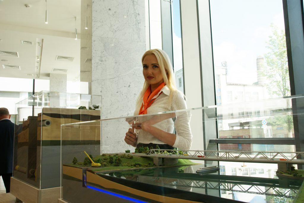 Дарья Быковская, ведущий специалист управления кадров и трудовых отношений АО Мосгаз возле макета газового дюкера
