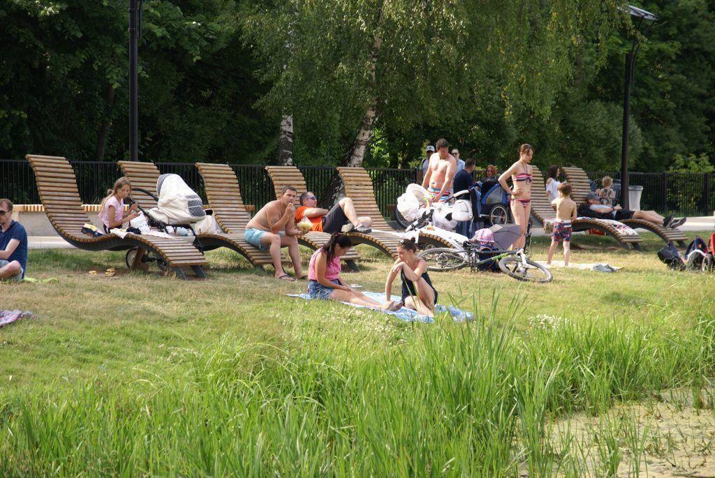 Мещерский пруд лето в Москве лежаки отдыхающие