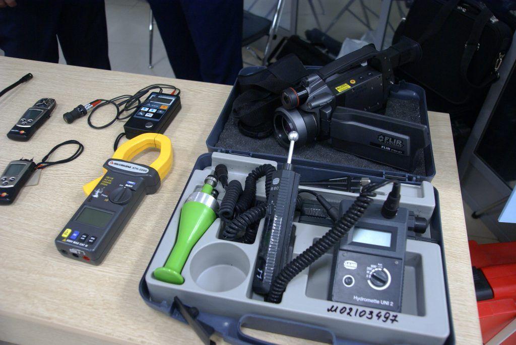 В чемоданчике представлено несколько видов датчиков влажности поверхности