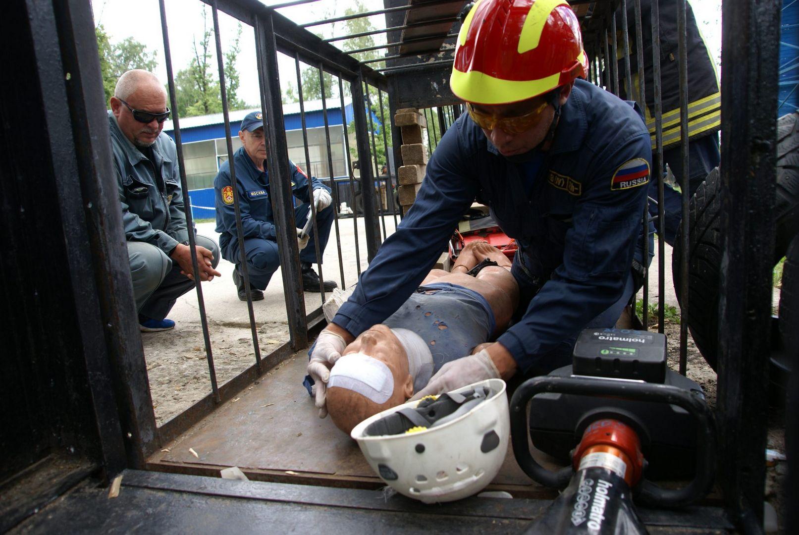 манекен, первая помощь, полоса препятствий, спасатели, конкурс, лучший спасатель, спасатели Москвы, департамент ГО ЧС