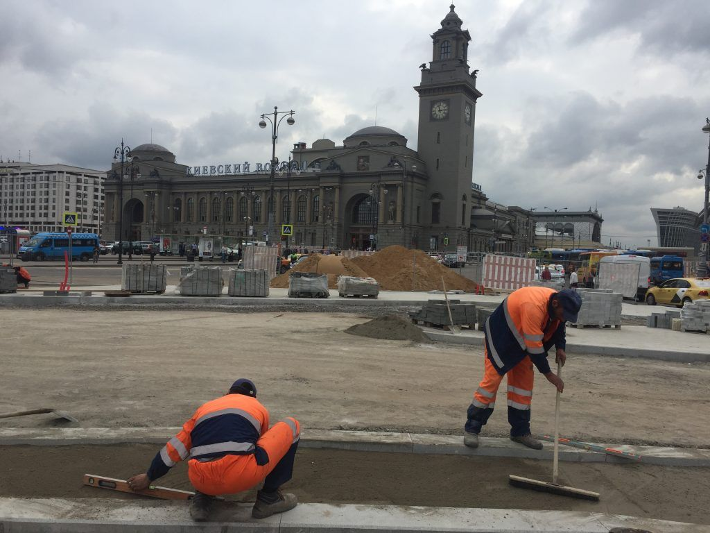 территория Киевского вокзала, благоустройство, стройматериалы, плиты, укладка пешеходных дорожек