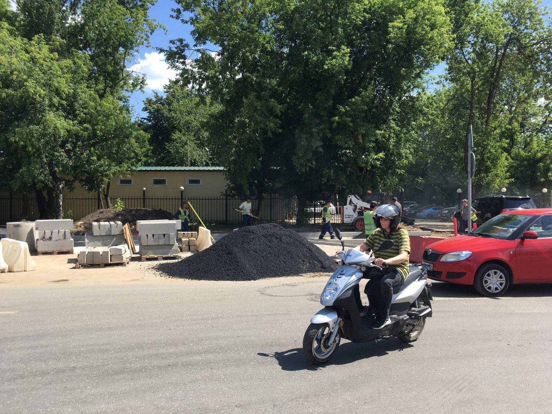 скутер, ремонт дороги, кладут асфальт