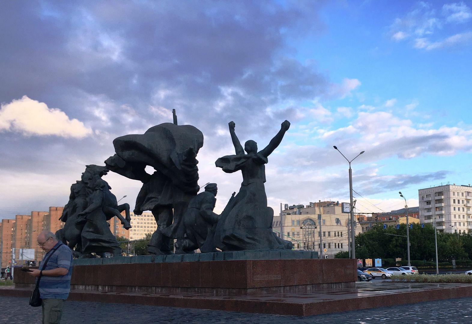"Памятник героям революции у метро ""Улица 1905 года"""