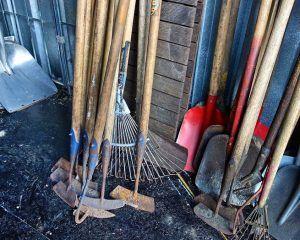 лопаты, лом, вилы, грабли
