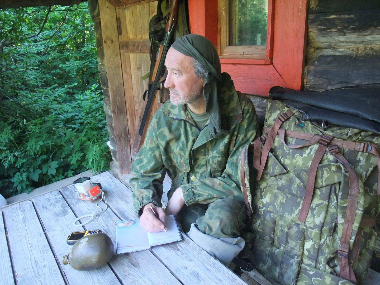 """Корреспондент """"Мой дом Москва"""" по работе вынужден проводить много времени в лесах Дмитровского и Талдомского районов, где клещ наиболее распространен. Для этого использует специальное снаряжение, защищающее от лесных паразитов."""