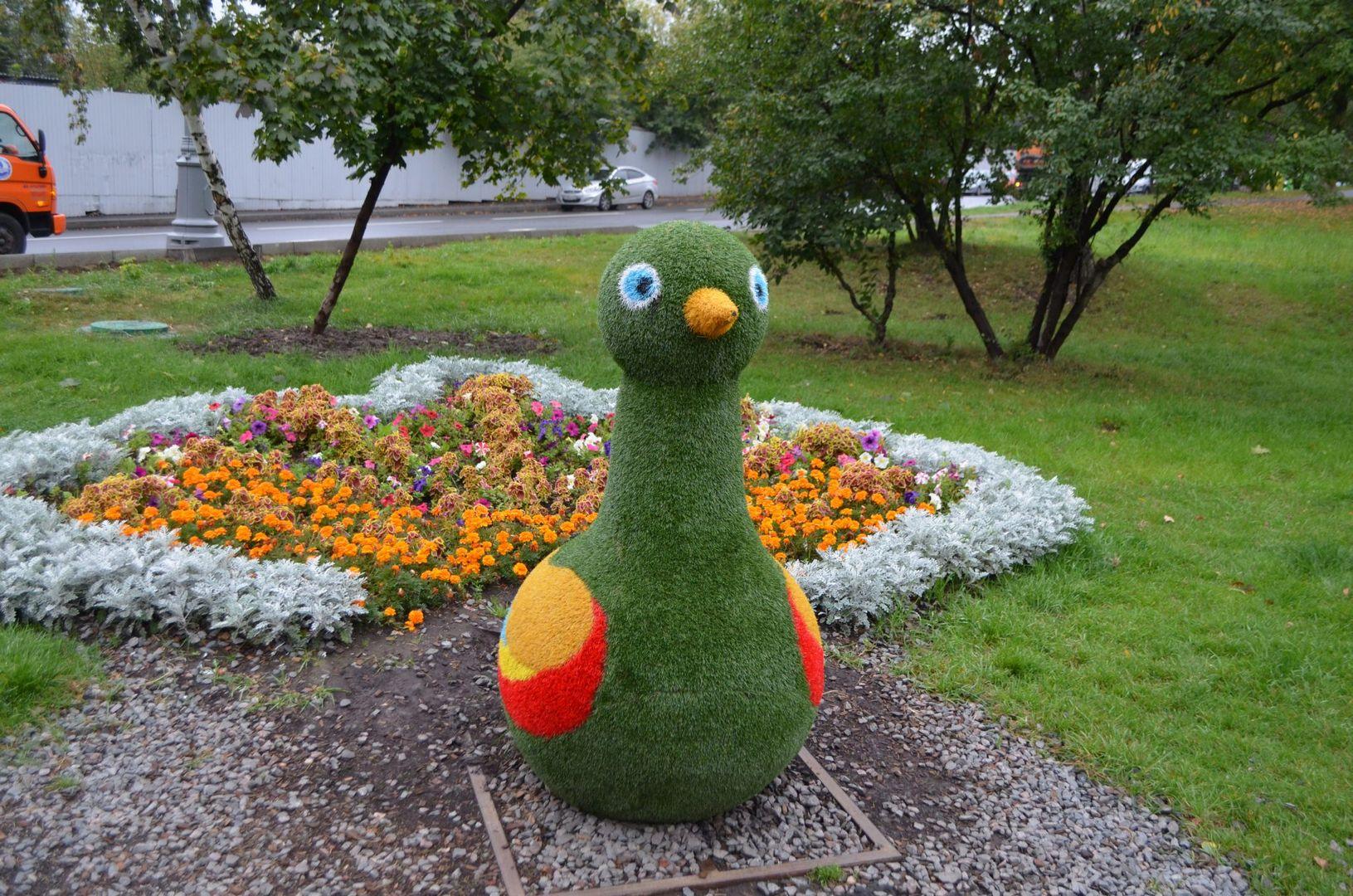 Парковый цветник в виде мамы-утки при входе в парковую зону отдыха на Нижнем Бирюлевском пруду(САО)