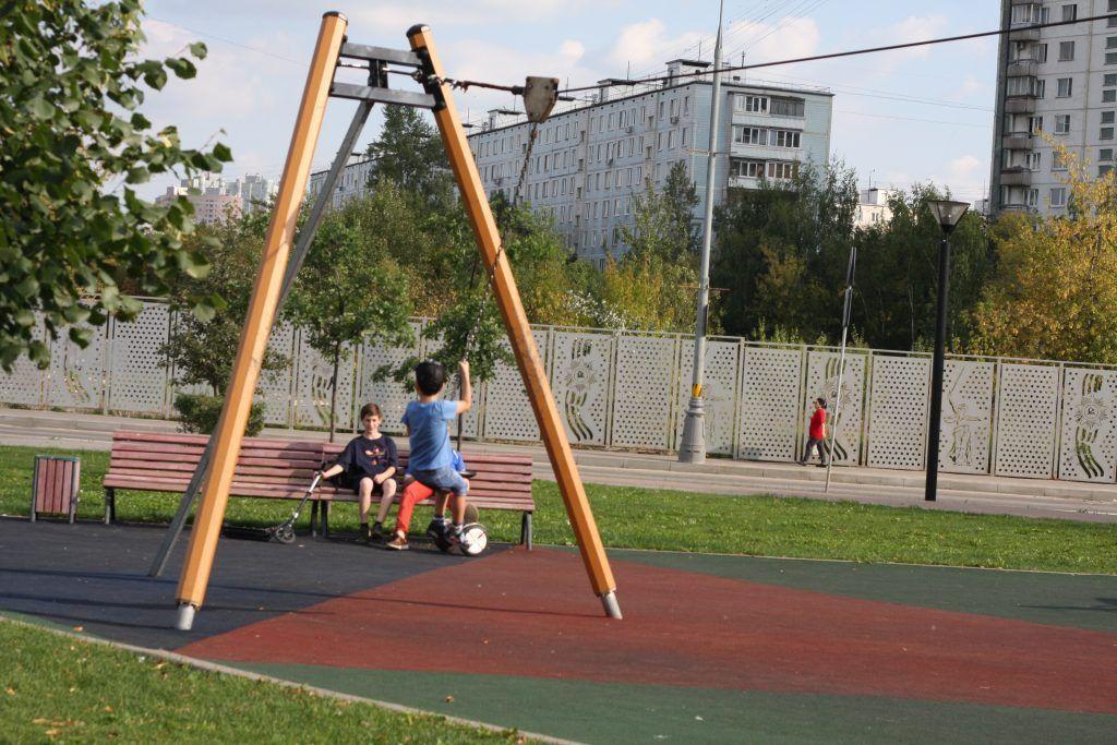 парк «70-летия Победы в Великой Отечественной войне», качели, благоустройство, детская площадка
