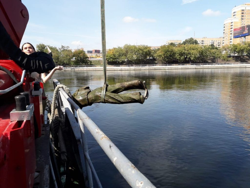 Мосводосток, статуя, подъемный кран, река