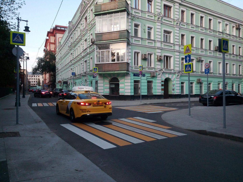 Перекресток у поворота на Богословский переулок оборудован сра тремя пешеходными переходами