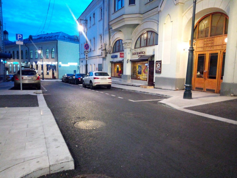 Переулок примыкает к Тверской улице, поэтому здесь всегда много машин. Новый асфальт-подарок автомобилистам