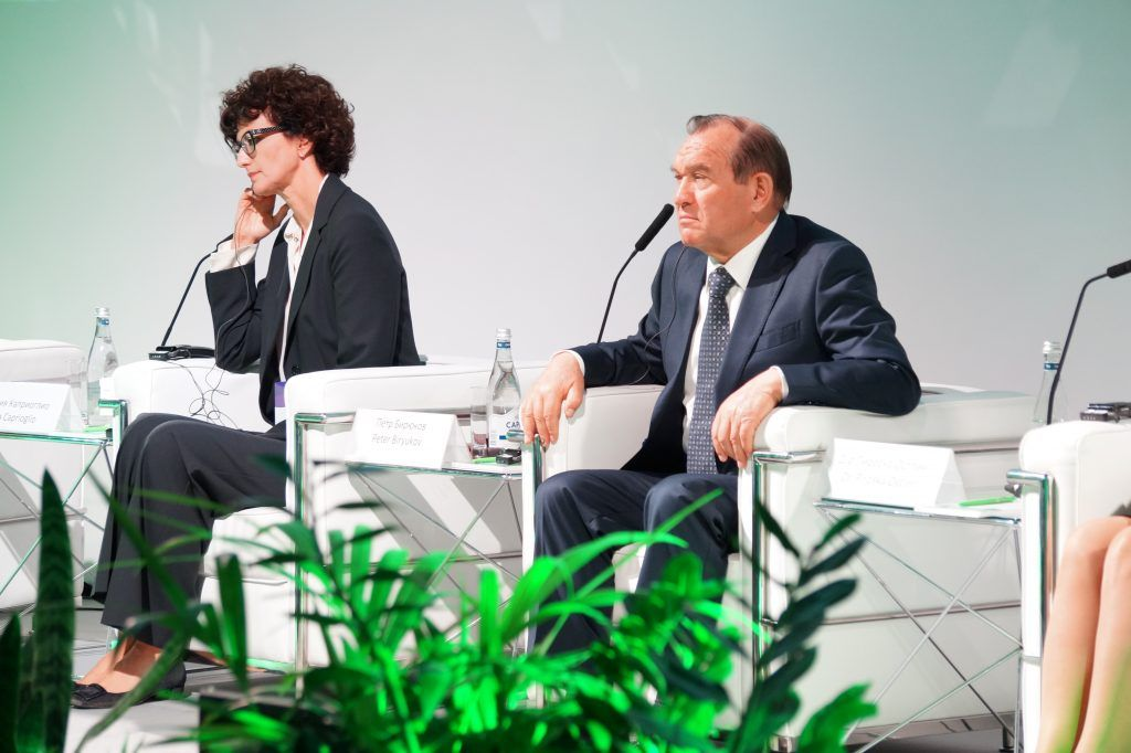 Петр Бирюков и мэр города Савоны Илария Каприоглио, форум, парк Зарядье, пленарное заседание