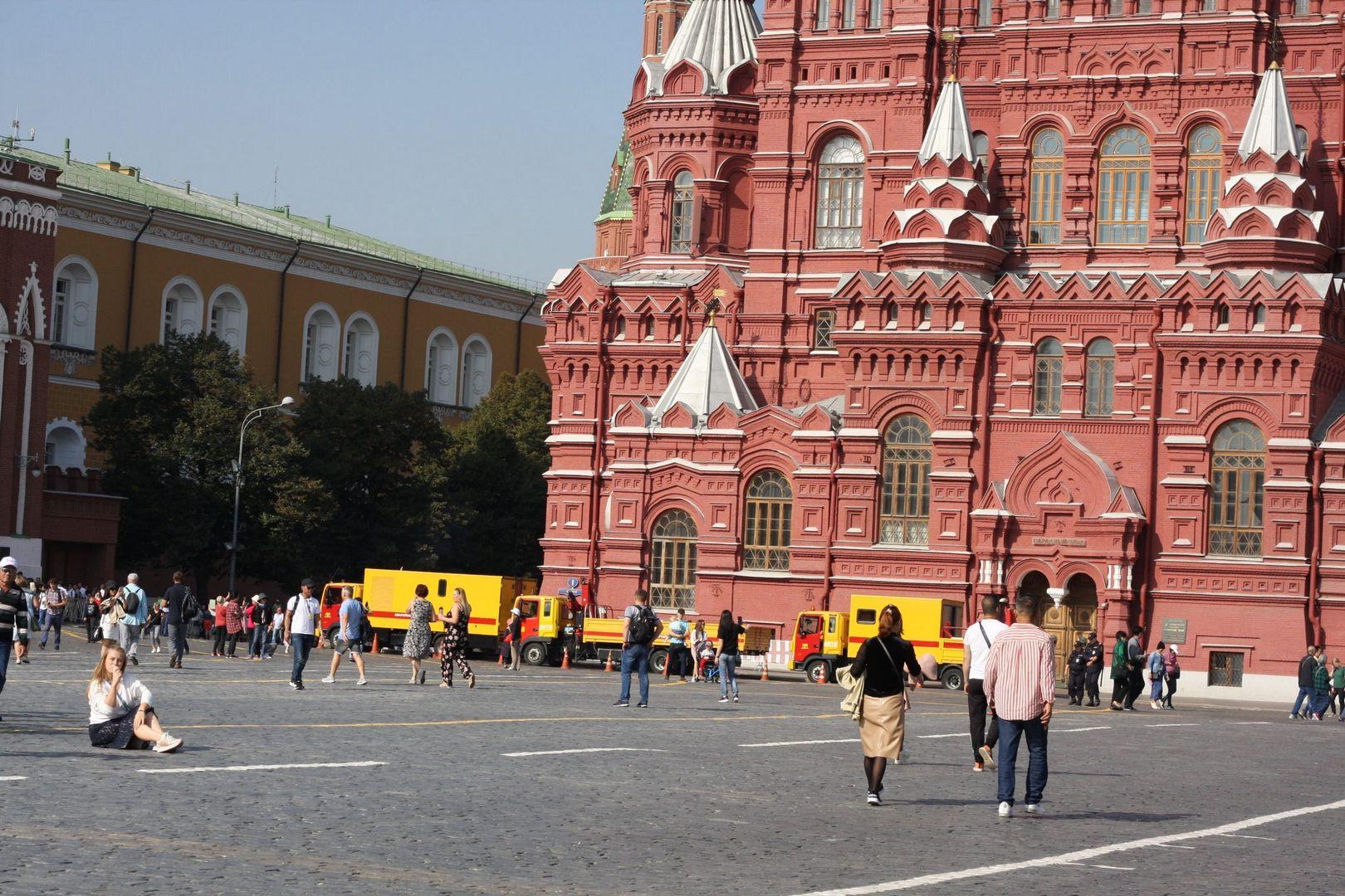 Пока туристы гуляют по Красной площади, специалисты ГУП Москоллектор заняты работой