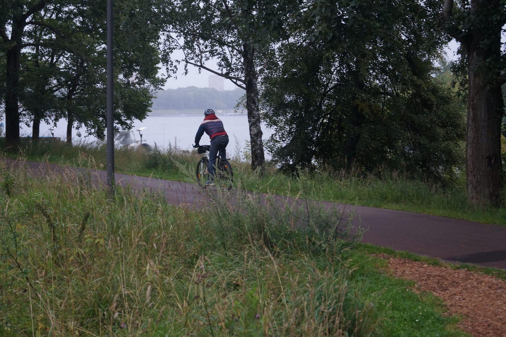 Велосипедист в парке Северное Тушино