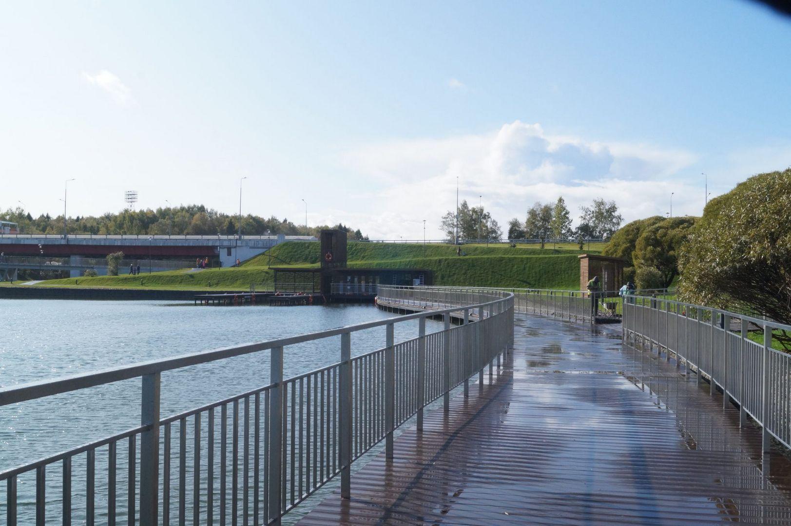 Мост, соединяющий территорию Дендропарка с Парком Победы