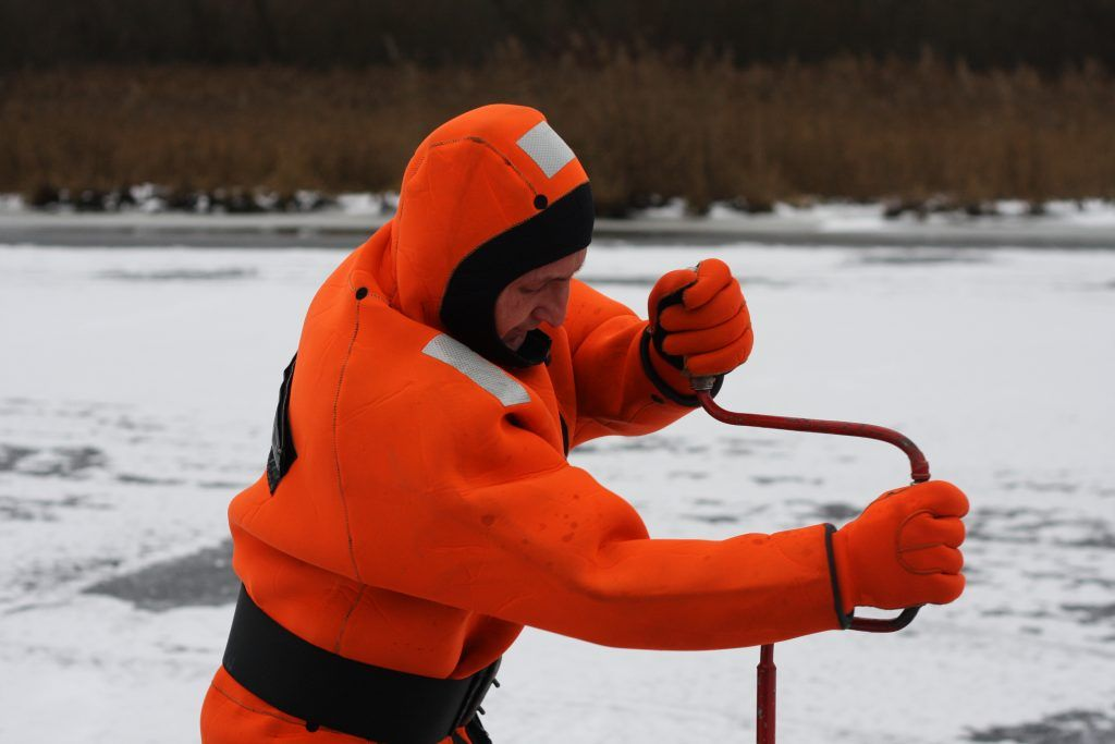 Бурение лунки, спасатели, лед